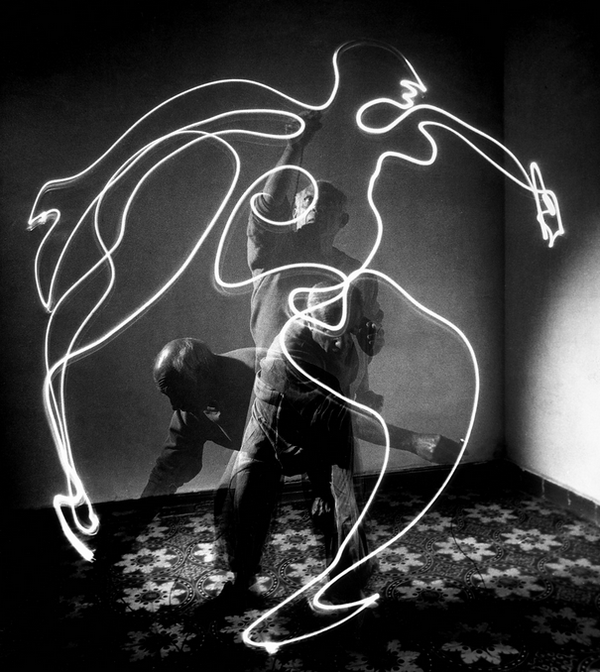 light-painting-by-pablo-picasso-1949-by-gjon-mili